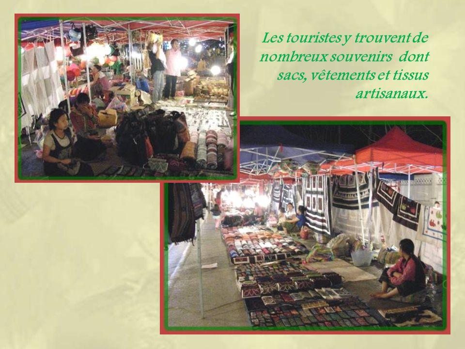 Dès le premier soir, le besoin daller découvrir limmense marché de nuit, marché artisanal Hmong et marché local..