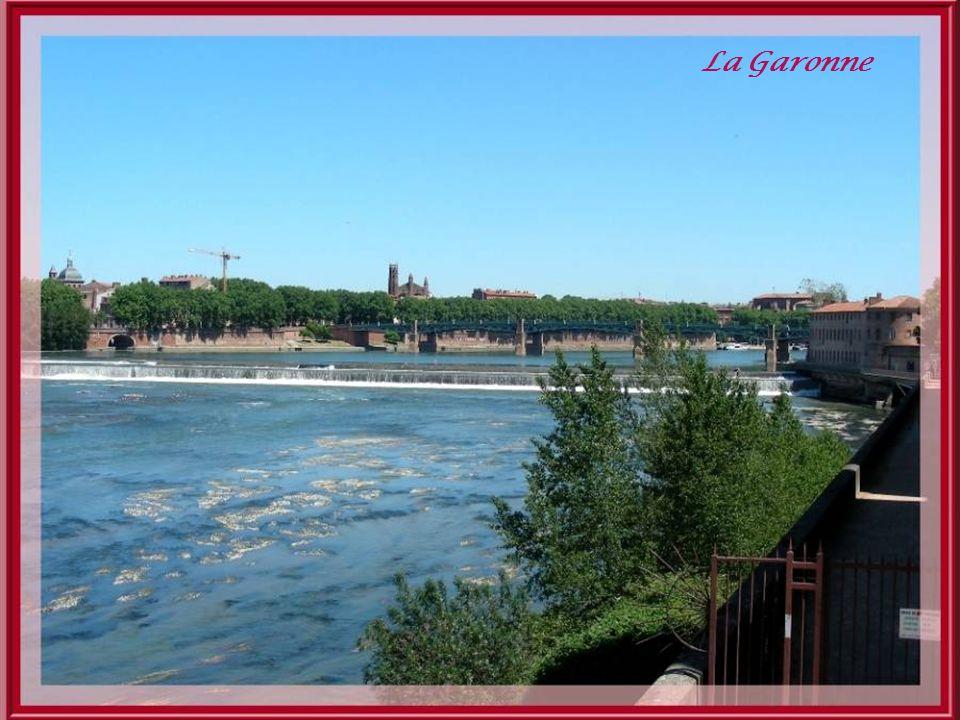 La couleur rose que lon retrouve un peu partout dans la ville de Toulouse vient de lutilisation abondante de la brique fournie par la plaine alluviale de la Garonne.