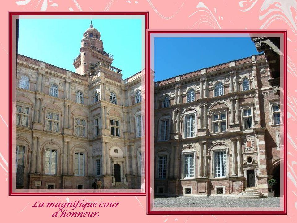 Cet hôtel est lœuvre du meilleur architecte et sculpteur de lépoque, Nicolas Bachelier qui lérigea entre 1555 et 1557 à la demande de Pierre dAssézat, riche pastelier et Capitoul.