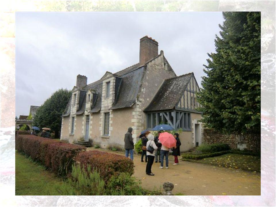 Cette maison seigneuriale relevait autrefois de Bréhémont et de Bas- Launay.Le Grand Bréhémont désigné sous le nom de Grange de Bréhémont était un fie