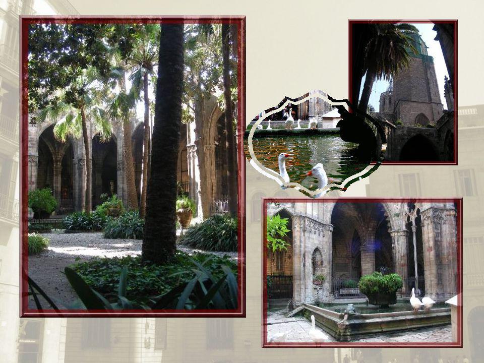 Le cloître très éclairé et garni en son centre dun jardin planté de palmiers et de magnolias, dégage une impression de sérénité. Autour du cloître, pl