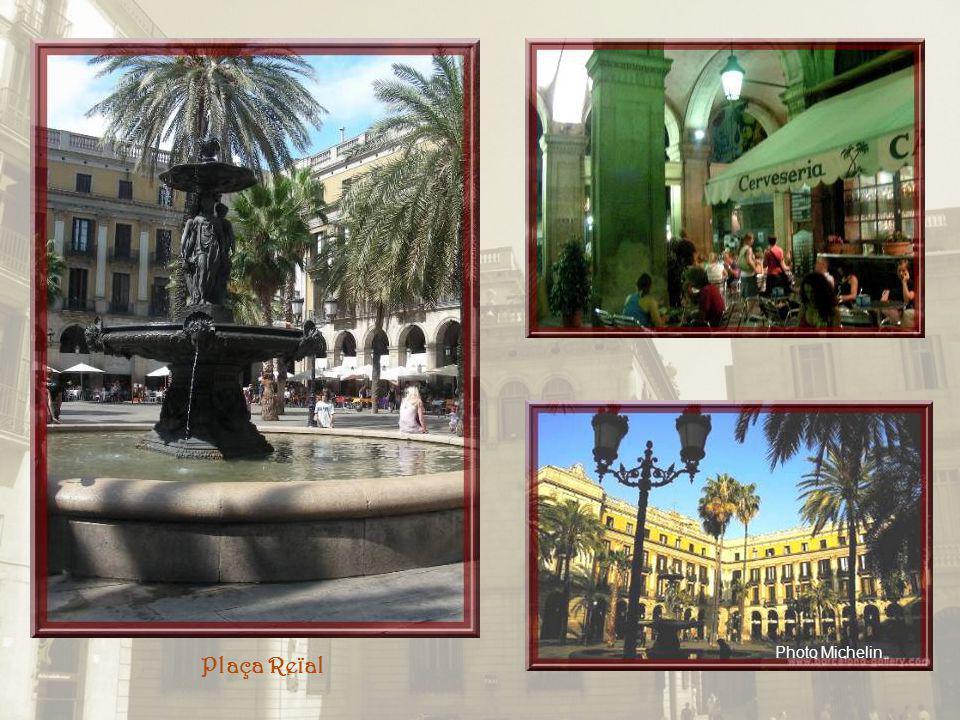 La Plaça Reïal est typique des places espagnoles… Cest un lieu de rencontre fort prisé avec sa fontaine centrale, les arcades qui lentourent, les palm