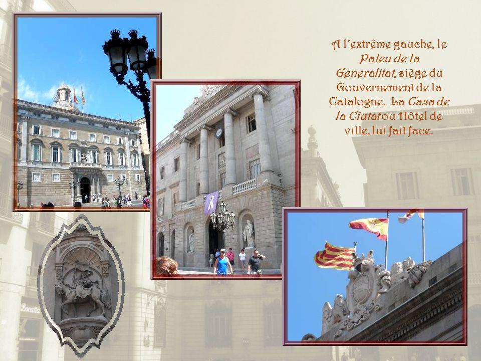 A lextrême gauche, le Paleu de la Generalitat, siège du Gouvernement de la Catalogne.