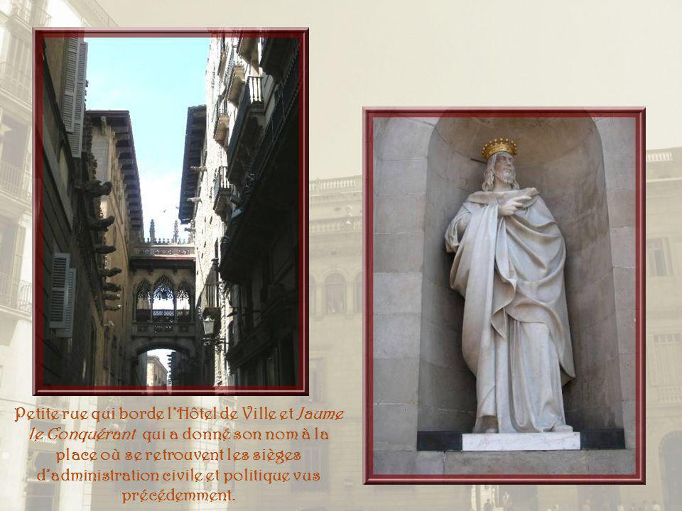 A lextrême gauche, le Paleu de la Generalitat, siège du Gouvernement de la Catalogne. La Casa de la Ciutat ou Hôtel de ville, lui fait face.