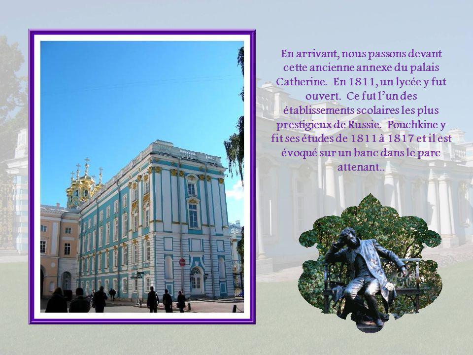 Lorsquelle reçut le titre de tsarine, Catherine Ière commença dy construire un palais de dimensions modestes, une simple maison de brique de 16 pièces