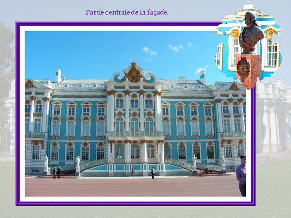 Le palais apparaît immense, presque le double de ce que lon voit sur la photo de droite! Ci-dessus, la chapelle du palais construite en angle.