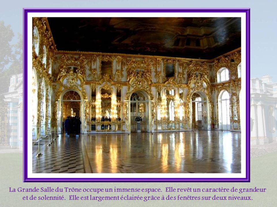 Lescalier dhonneur occupe toute la largeur du bâtiment. On y retrouve la touche de Rastrelli : décorations de rocaille des moulures du plafond et des