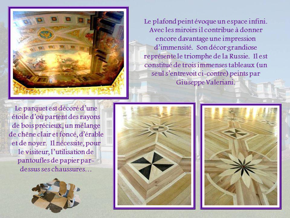 Lélément principal du décor consiste en une abondance déléments sculptés et dorés ainsi quen la présence dimmenses miroirs..