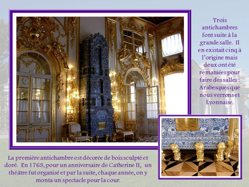 Le plafond peint évoque un espace infini. Avec les miroirs il contribue à donner encore davantage une impression dimmensité. Son décor grandiose repré