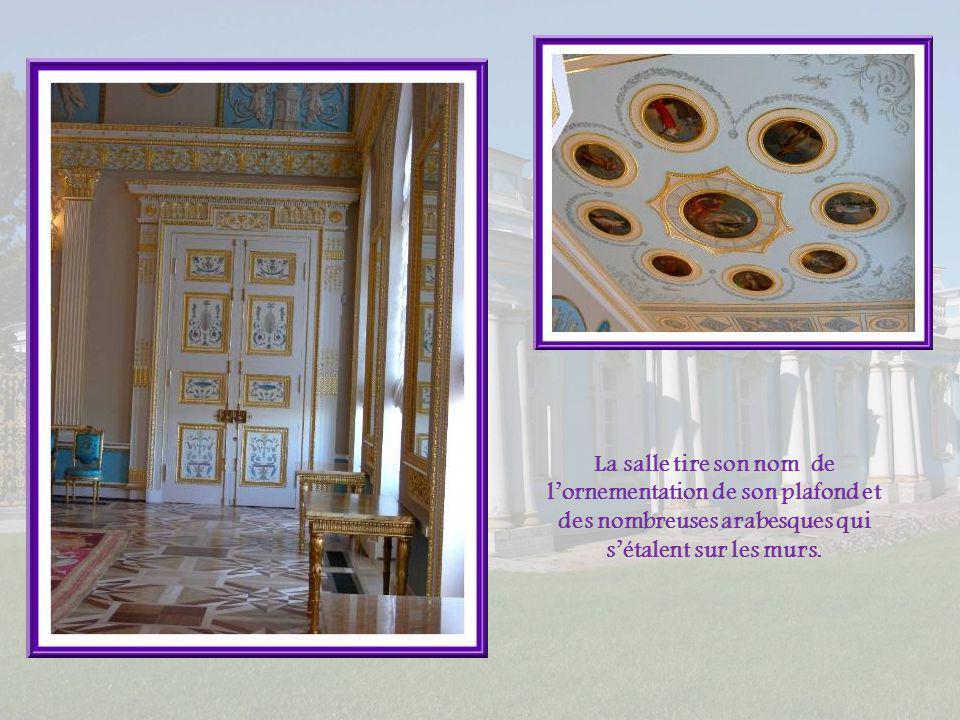 Catherine II se plaisait tout particulièrement dans cette salle des arabesques due à Charles Cameron. Elle y organisait des réceptions et aimait y jou