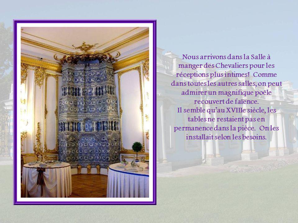 La salle tire son nom de lornementation de son plafond et des nombreuses arabesques qui sétalent sur les murs.