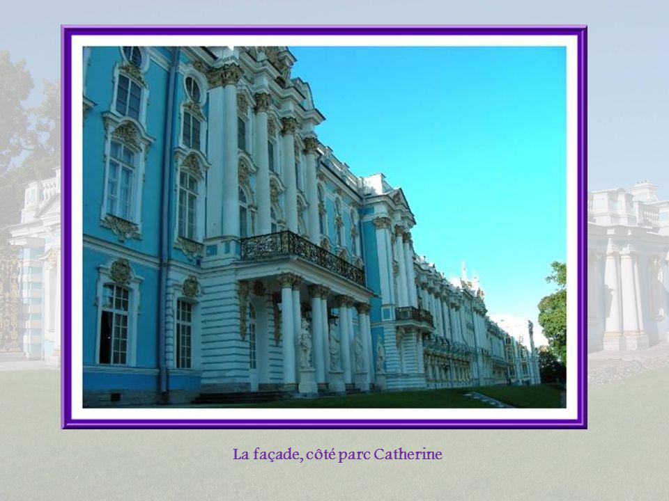 Ces cadres montrent laspect du palais après la guerre de 1941-1945. La restauration a demandé un énorme travail, réparant ce qui pouvait lêtre, recons