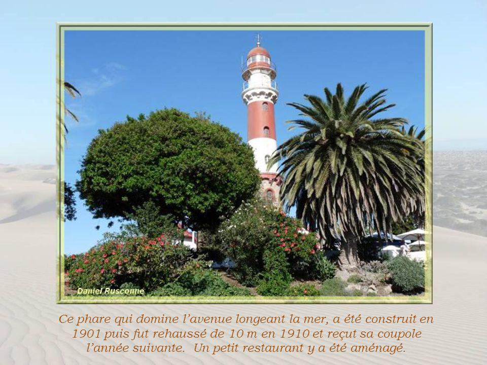 Une belle végétation envahit les parcs et résidences privées. On oublie vite la proximité du désert…