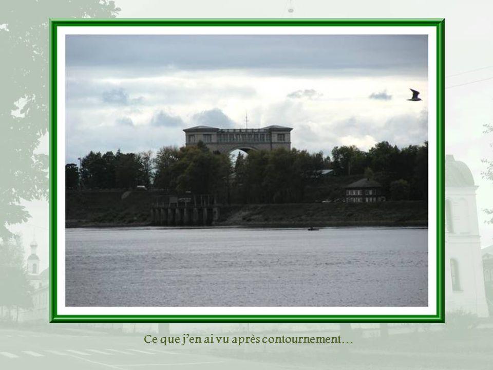 Juste avant larrivée à Ouglitch, lécluse aux aspects de monument, avec un arc qui commémore la victoire sur lAllemagne. Malheureusement, nous assistio