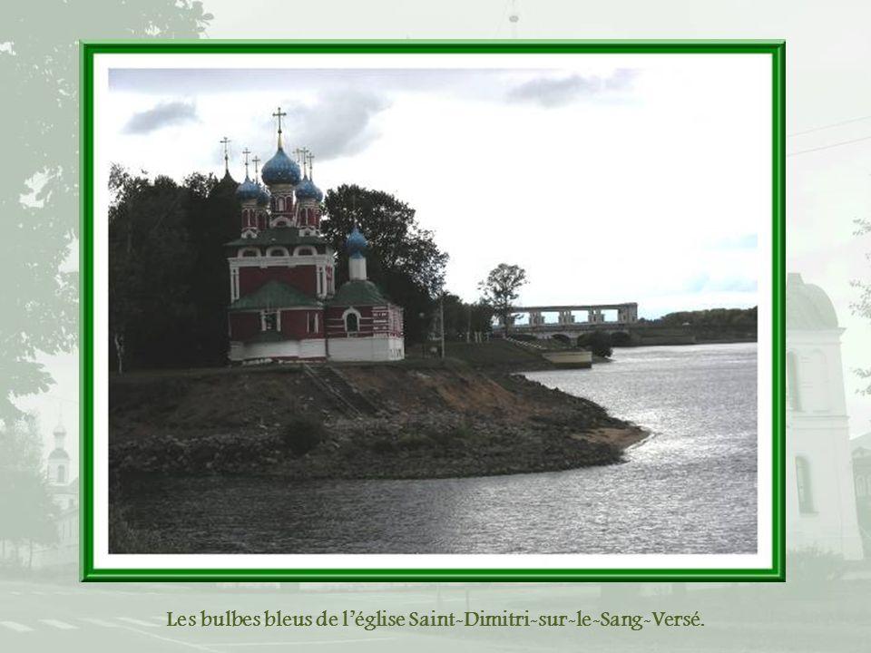 Près du port, le centre historique, à droite de la bande verte, lécluse et à gauche, le barrage.
