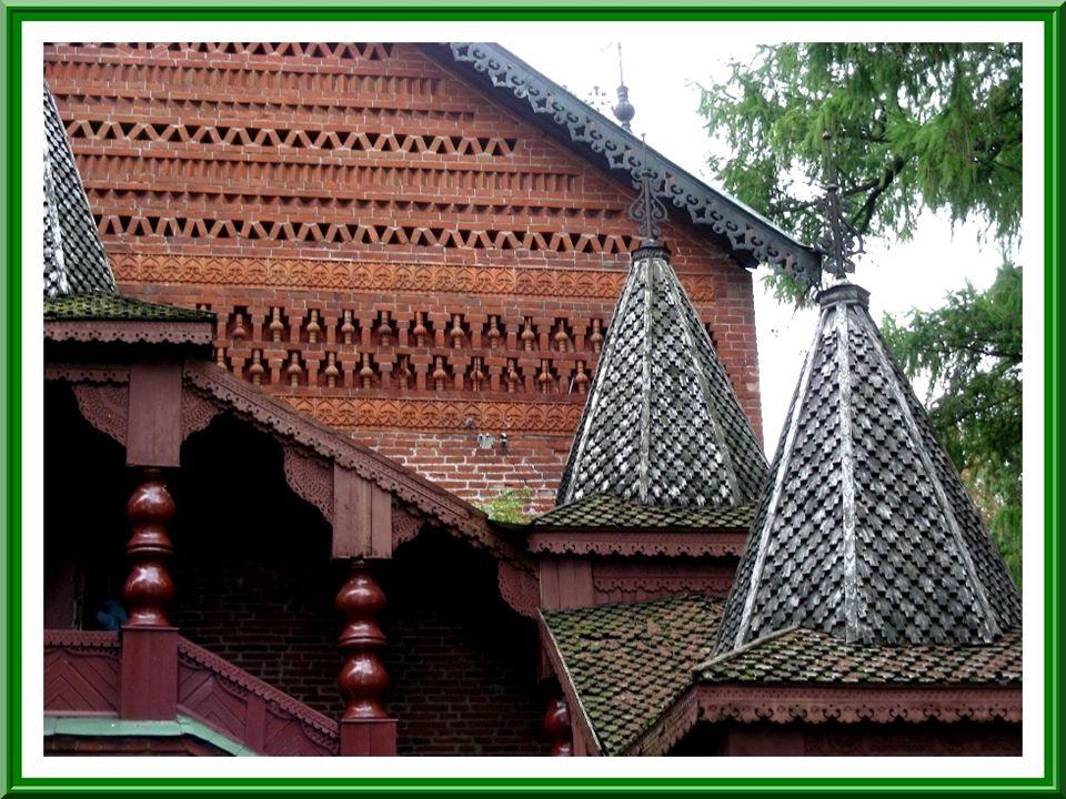 Cette jolie demeure princière en briques rouges date du XVe siècle. Le tsarevitch Dimitri y serait né.