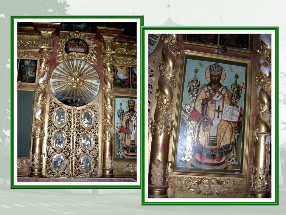 Les iconostases sont toujours recouvertes de plusieurs rangées dicônes