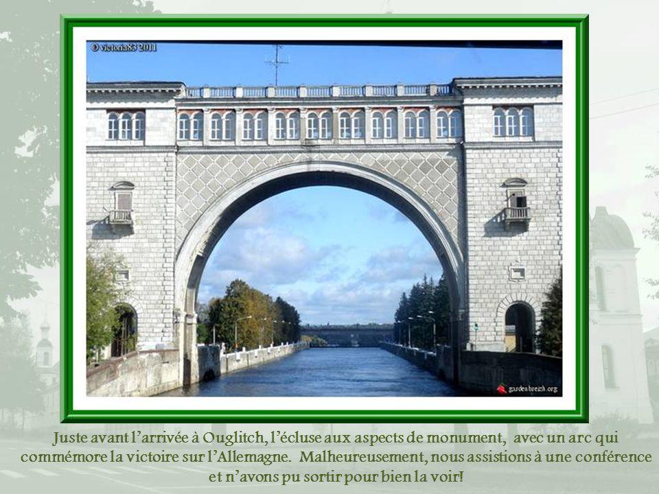 Juste avant larrivée à Ouglitch, lécluse aux aspects de monument, avec un arc qui commémore la victoire sur lAllemagne.