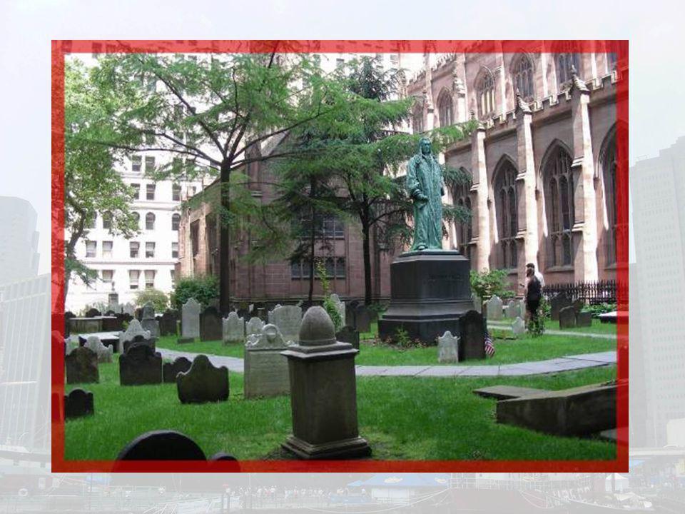 Le cimetière qui jouxte léglise date de 1681.