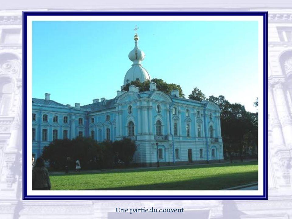 La cathédrale de la Résurrection de Smolny fut pratiquement terminée à lextérieur en 1764, mais ce nest quen 1830 que laménagement intérieur fut enfin complété.