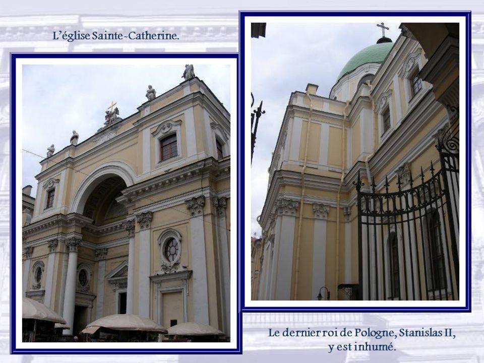 Derrière cette place animée par les kiosques de vente de gravures et peintures, léglise Sainte-Catherine ( 1762-1783) semble se cacher…