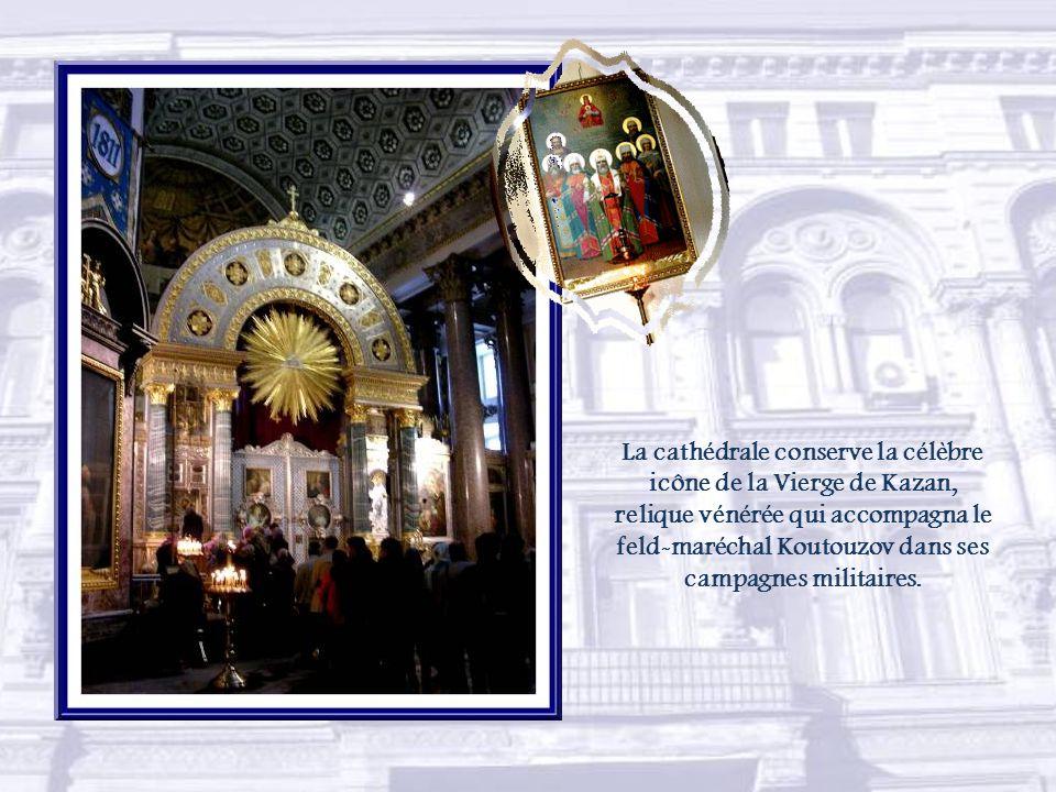 La cathédrale Notre- Dame-de-Kazan fut érigée entre 1831 et 1837 selon les plans dAndreï Voronikhine.