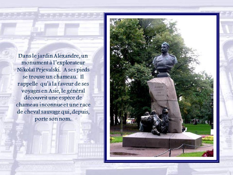 A lextrémité de la perspective Nevski, nous arrivons à la perspective de lAmirauté.
