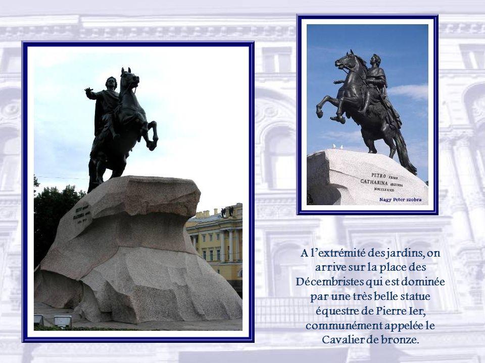 Dans le jardin Alexandre, un monument à lexplorateur Nikolaï Prjevalski.