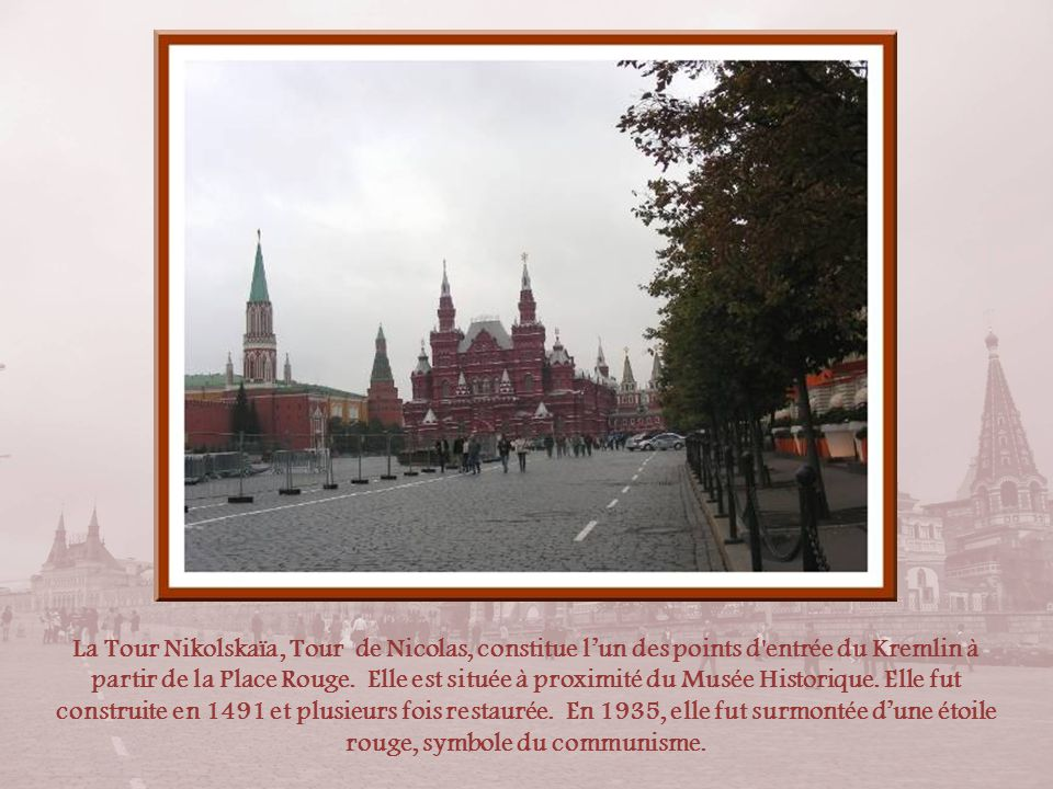 La Tour Spasskaïa ou Tour du Sauveur doit son nom à une icône du Christ installée au-dessus de sa porte en 1648. Autrefois, elle fut lentrée du Kremli