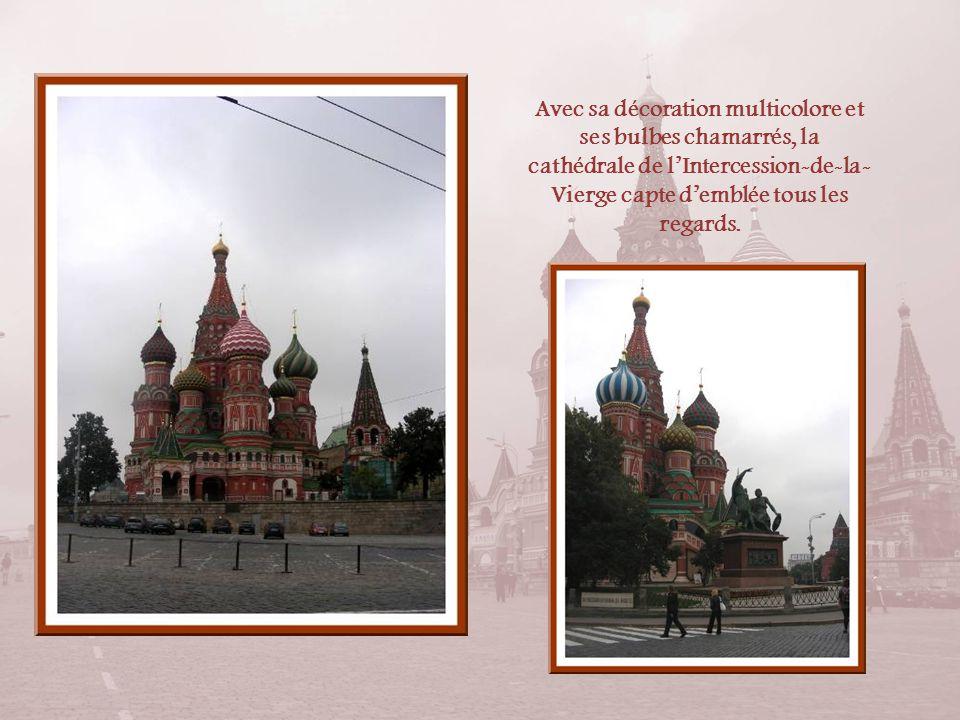 La place Rouge sappela dabord place de lIncendie et cest là que se tenait le marché de la ville. Elle devint place Rouge au XVIIe siècle car le mot «