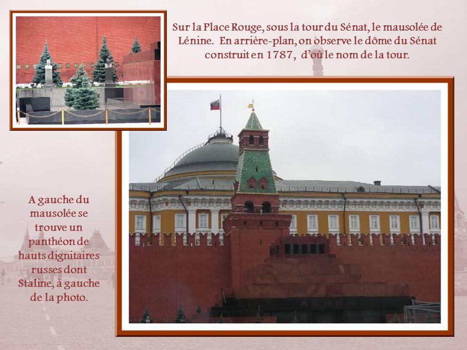 A proximité de la cathédrale se dresse une tribune circulaire en pierre, « la place des crânes », que fit construire, au XVIe siècle, Boris Goudonov,