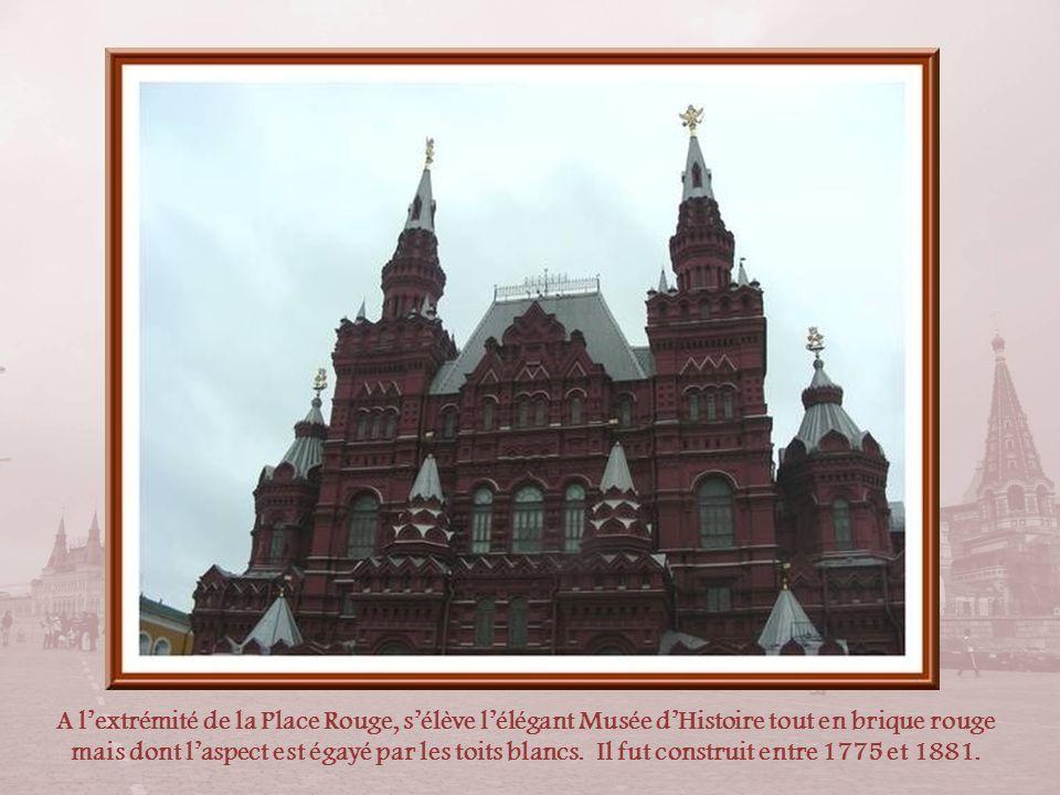 Sur la Place Rouge, sous la tour du Sénat, le mausolée de Lénine. En arrière-plan, on observe le dôme du Sénat construit en 1787, doù le nom de la tou