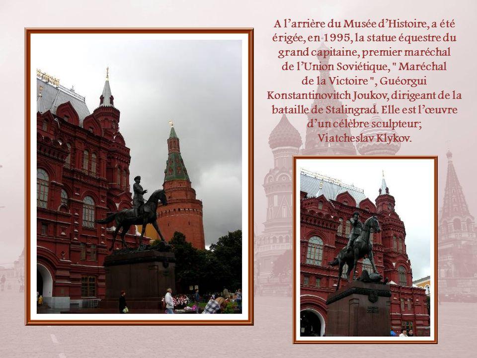 A lextrémité de la Place Rouge, sélève lélégant Musée dHistoire tout en brique rouge mais dont laspect est égayé par les toits blancs. Il fut construi