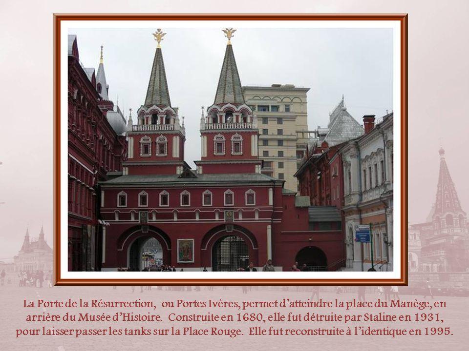 A larrière du Musée dHistoire, a été érigée, en 1995, la statue équestre du grand capitaine, premier maréchal de lUnion Soviétique,