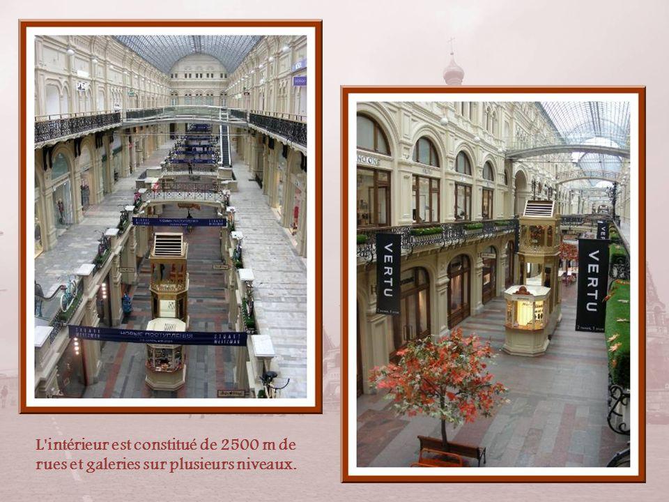 Réalisé en marbre, grès et granit, le Goum était, à sa construction, le plus grand magasin au monde. Il fut nationalisé en 1917 et servit de bureaux p
