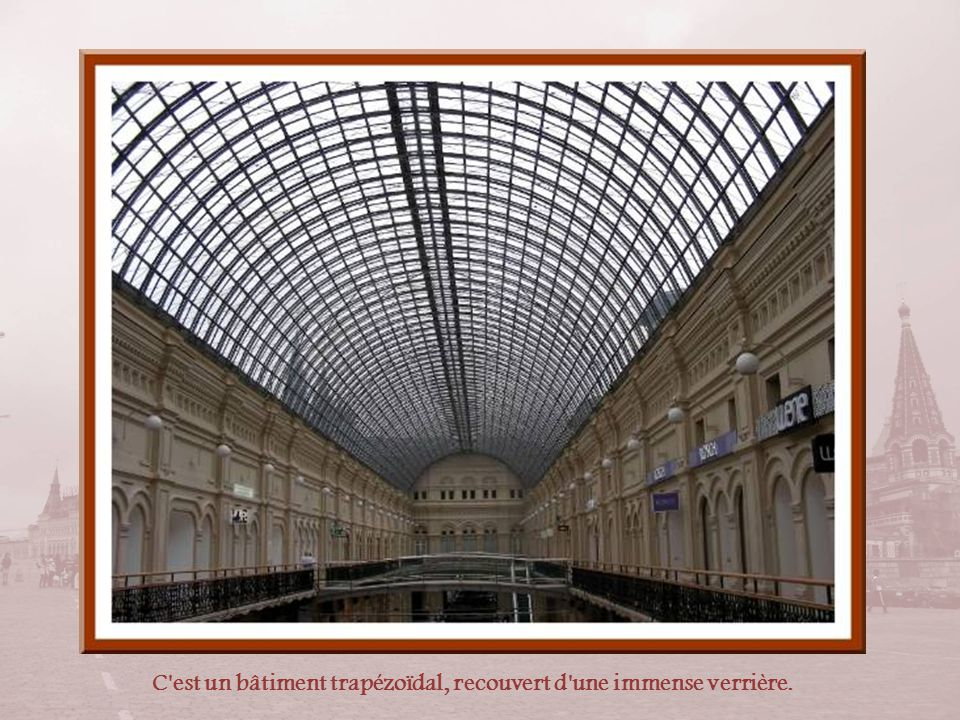 L'intérieur est constitué de 2500 m de rues et galeries sur plusieurs niveaux.