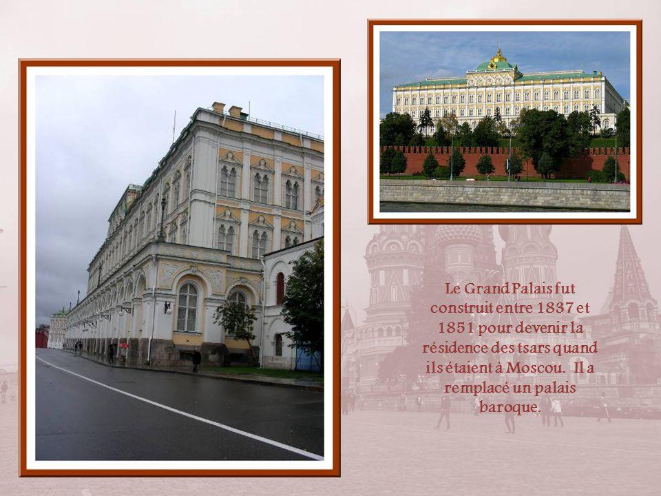 Par cette entrée, nous pénétrons dans lenceinte du Kremlin. Nous ne visiterons pas le Grand Palais et, en ce qui concerne le Musée des Armures, les ph