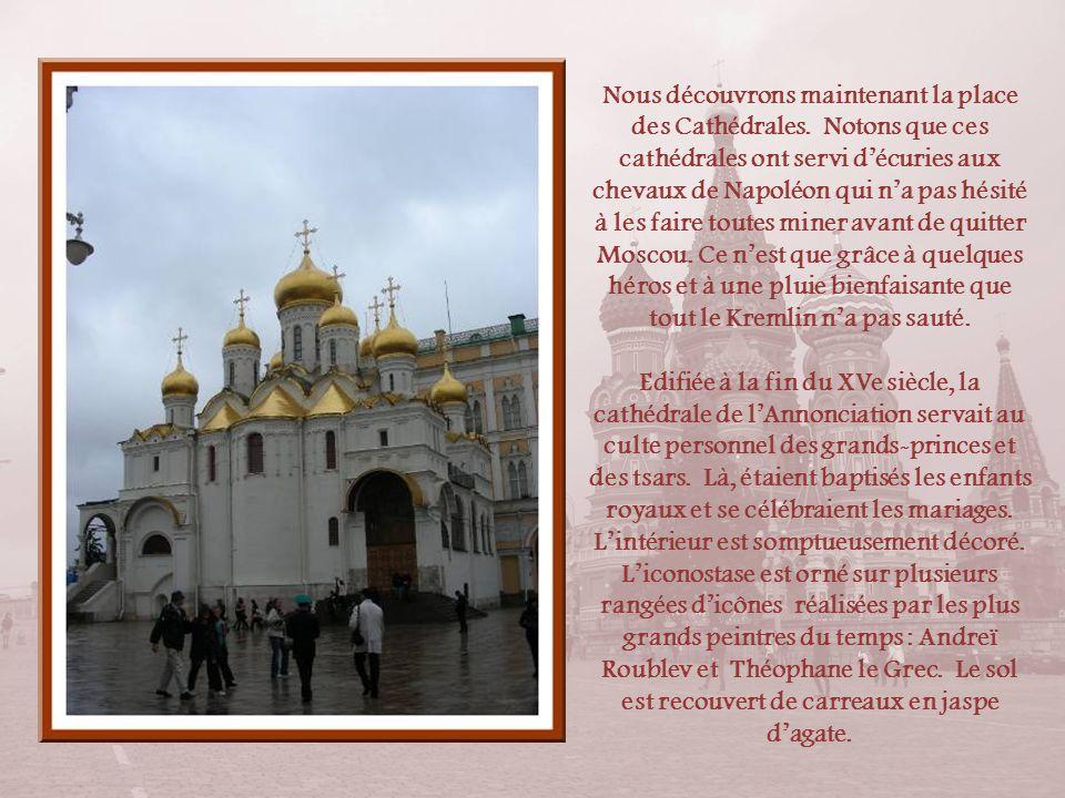 Le clocher dIvan le Grand (à droite de la photo) fut construit entre 1505 et 1508 et fut agrandi en 1600. Cest le plus haut du Kremlin. Il mesure 81 m