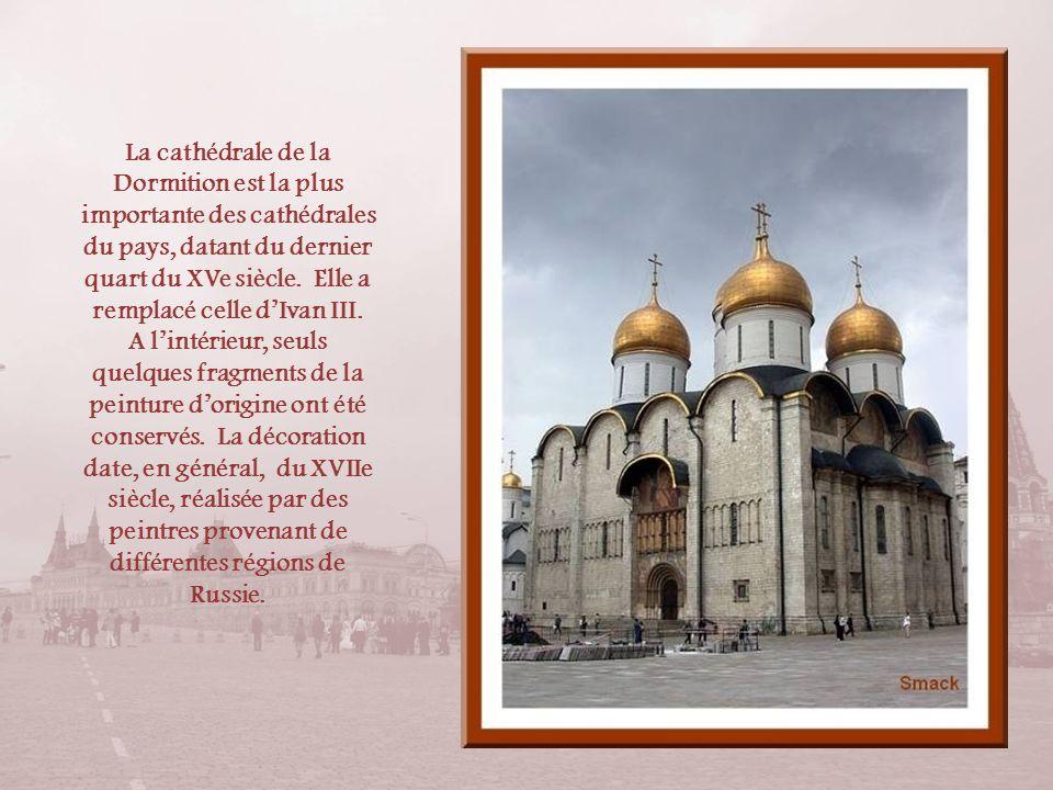 Nous découvrons maintenant la place des Cathédrales. Notons que ces cathédrales ont servi décuries aux chevaux de Napoléon qui na pas hésité à les fai