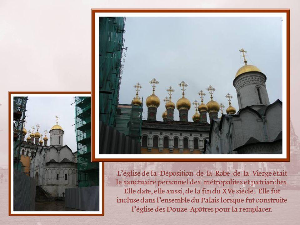 La cathédrale de la Dormition est la plus importante des cathédrales du pays, datant du dernier quart du XVe siècle. Elle a remplacé celle dIvan III.