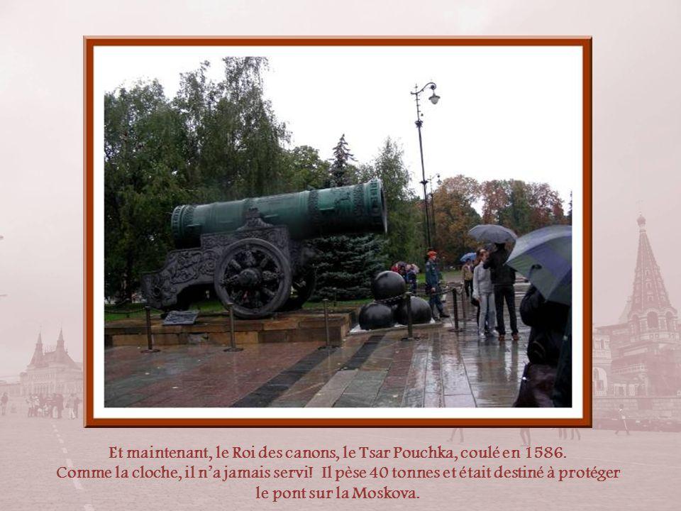 Une cloche de 130 tonnes avait été brisée dans lincendie de Moscou en 1701. Limpératrice Anne ordonna, trente ans plus tard, quune autre cloche soit r