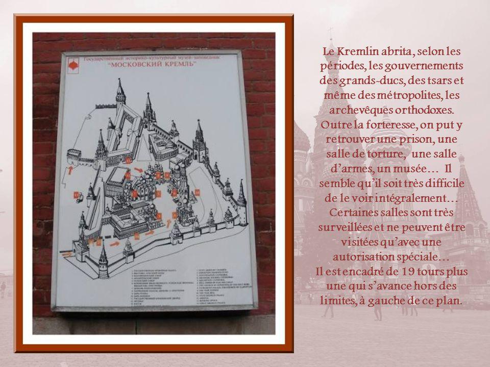 Il faut noter que la plupart des localités russes dune certaine importance avaient leur Kremlin regroupant les édifices les plus importants, religieux