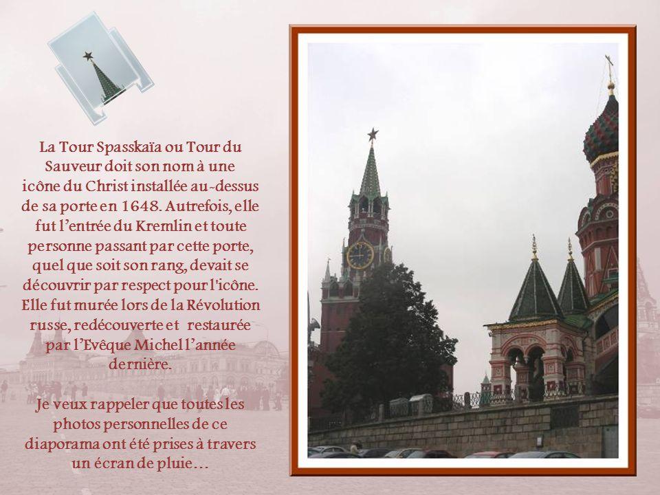 Le Kremlin abrita, selon les périodes, les gouvernements des grands-ducs, des tsars et même des métropolites, les archevêques orthodoxes. Outre la for