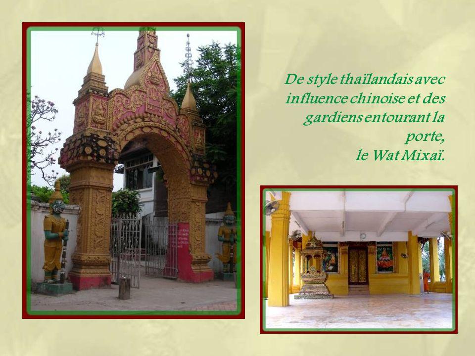Le Wat Haysok, temple- monastère mandarinal, nous offre son toit à cinq niveaux…