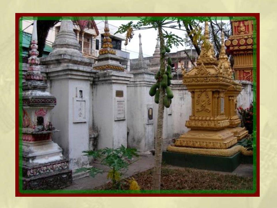 A plusieurs reprises, nous découvrons autour de temples de Vientiane ce que nous prenons dabord pour des sépultures.