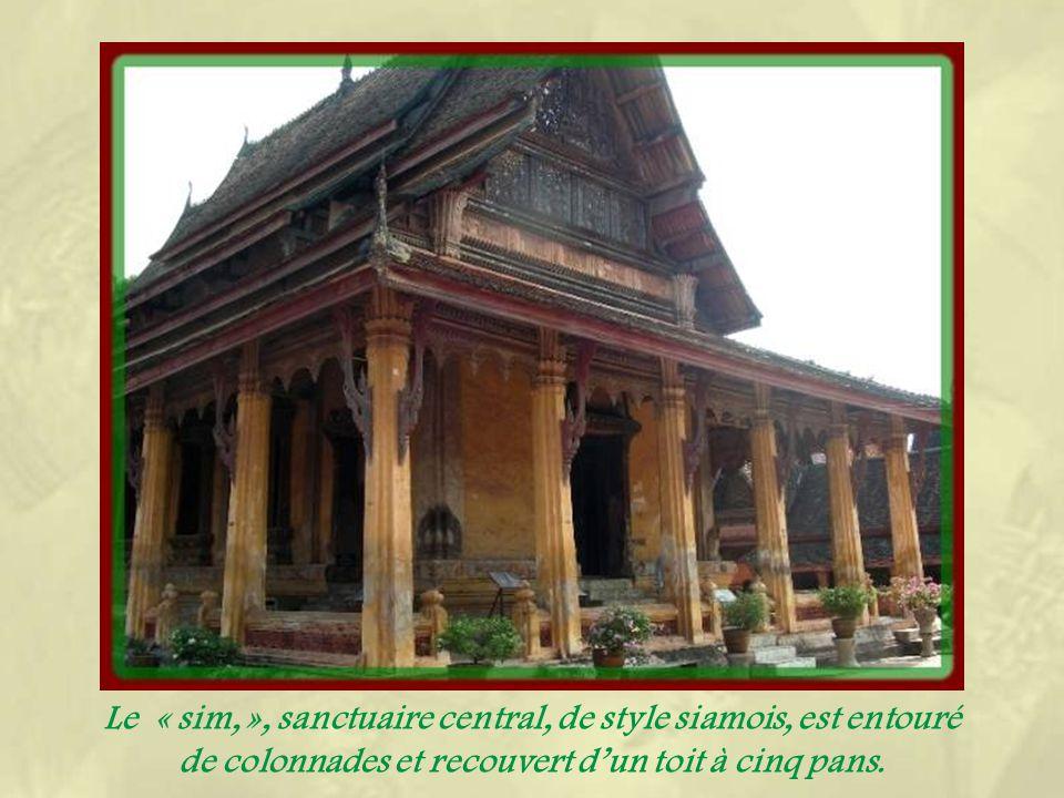 Le Wat Sisaket qui venait dêtre construit lors de linvasion siamoise de 1818, fut épargné car il avait été édifié dans le style siamois.