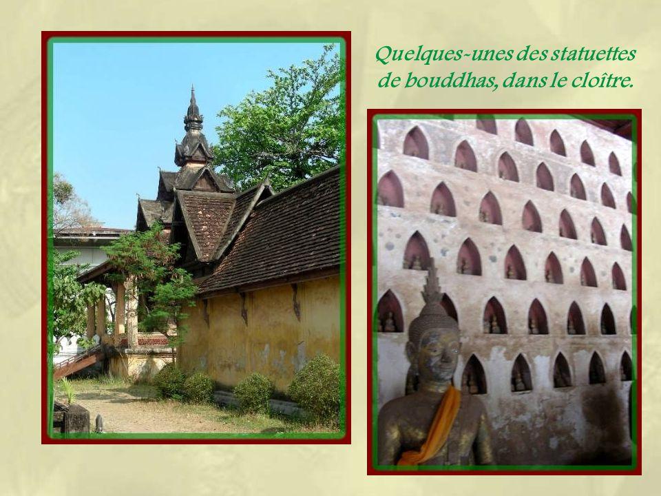 Le « sim, », sanctuaire central, de style siamois, est entouré de colonnades et recouvert dun toit à cinq pans.
