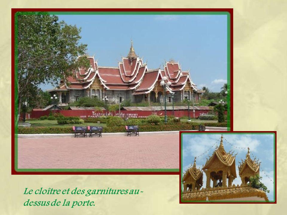 Le Wat That Luang englobe le monument religieux le plus important au Laos, un grand stûpa doré qui est censé contenir des restes de Bouddha : un cheveu et les cendres de sa hanche… Lors de la fête qui a lieu en novembre, des bonzes viennent de tout le pays et reçoivent les offrandes des fidèles.