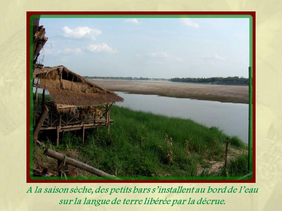 Notre visite de la ville va se terminer le long du Mékong, avec un peu de surprise, considérant le peu danimation dans ce secteur… La vue sur le fleuve nest guère entravée par les constructions, du moins dans sa partie ouest.