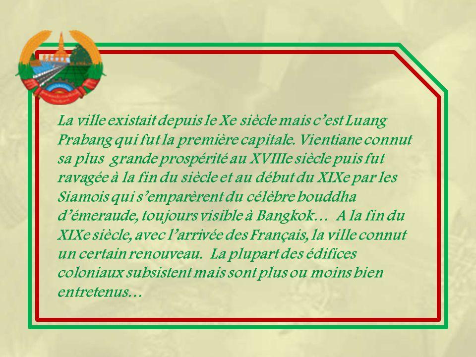 Cette grande place rend hommage au roi Seithathirat qui, le premier, fit de Vientiane sa capitale.